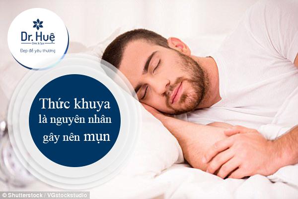 Thức khuya gây mụn