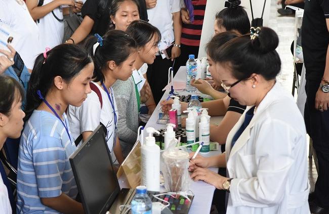 Dr Huệ đồng hành cùng sinh viên đại học KHXH&NV trong ngày hội làm đẹp - Điều trị mụn Dr Huệ - Hình 4