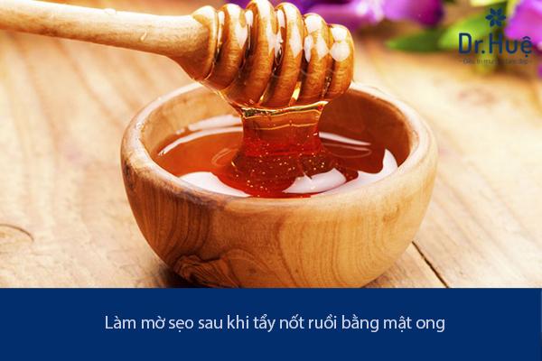 lam-mo-seo-sau-khi-tay-not-ruoi-bang-mat-ong